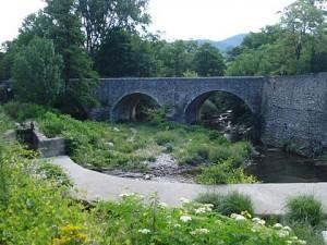 Le_Coudoulou_à_Avèze,_vieux_pont_et_bief-barrage